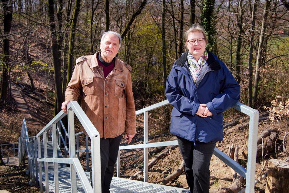 Jetzt geht es sicher über eine neue Treppe zur Agneshöhe. Ortschaftsrat Manfred Eckelt und Ingeborg Ulrich vom Umweltamt der Stadt haben sich dafür stark gemacht.