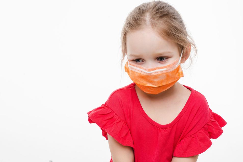 Kindern macht es manchmal keinen Spaß einen Mund-Nase-Schutz gegen das Coronavirus zu tragen. Gefährlich sind die Masken für sie aber nicht.