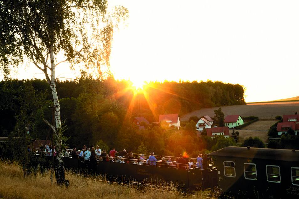 Für Eisenbahnromantiker bleibt genug Zeit, den Sonnenuntergang zu genießen.