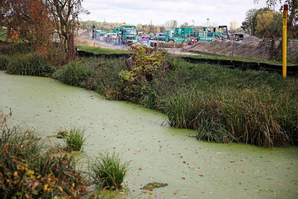 Der Grödel-Elsterwerdaer Floßkanal, im Hintergrund die Düker-Baustelle der Ontras.