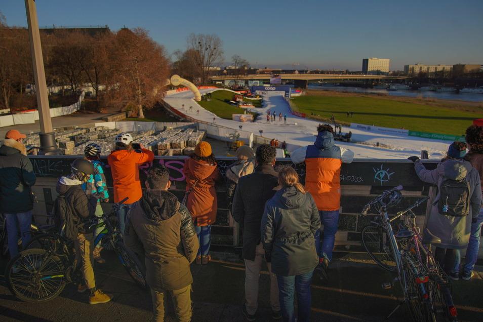 Dicht an dicht drängen sich die Zuschauer auf der Augustusbrücke beim Ski-Weltcup.