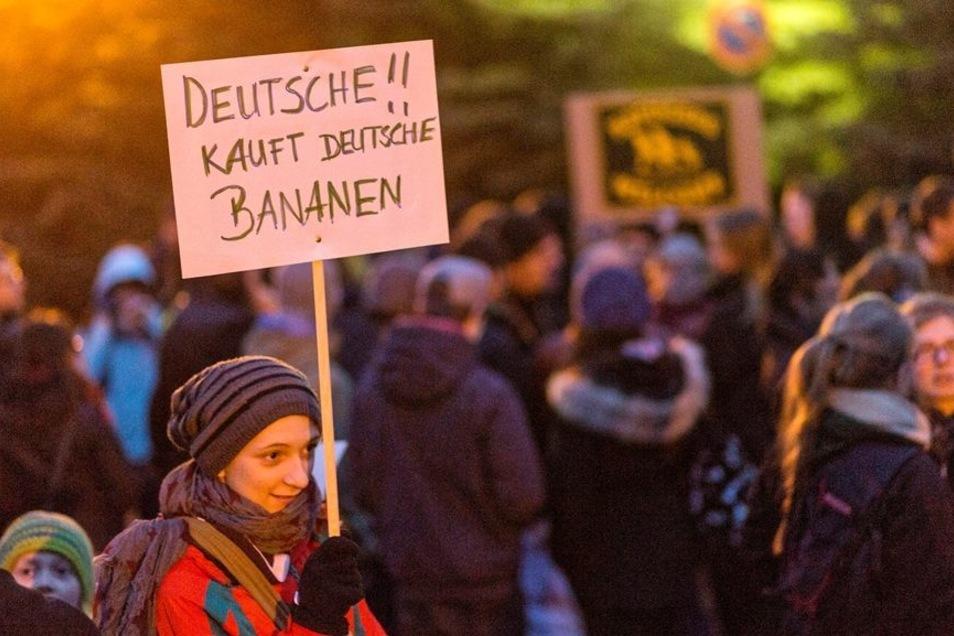 Etwa hundert Menschen versammelten sich vor dem Leonardo-Hotel in Freital, in dem seit dieser Woche Flüchtlinge untergebracht werden. Sie demonstrierten für Demokratie, Weltoffenheit und Toleranz.