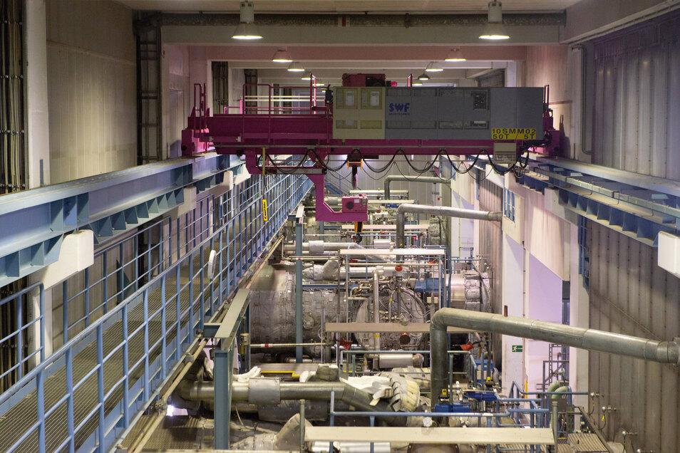Ein Blick in die Halle, wo die drei Gasturbinen stehen. Während der derzeitigen Wartungs- und Modernisierungsarbeiten ist aber nur eine von ihnen in Betrieb.