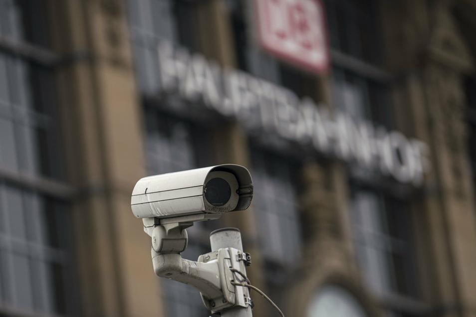 Eine Überwachungskamera steht vor dem Frankfurter Hauptbahnhof.