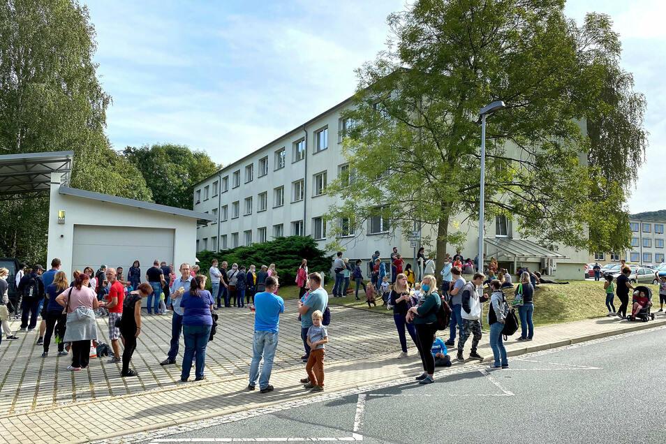 Nach dem Positiv-Test von zwei Schülern mussten die Mitschüler ebenfalls zum Test - im neuen Testzentrum in Löbau.