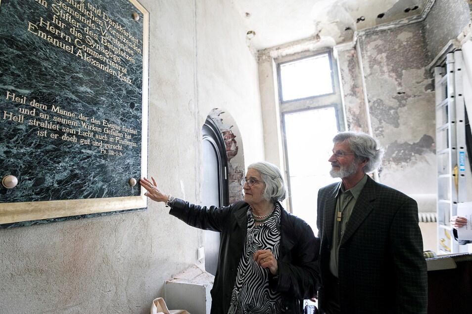 Dr. Uta Seibt und ihr Ehemann Dr. Friedrich Seibt im April 2018 vor der Gedenktafel für Emanuel Alexander-Katz in der Synagoge.