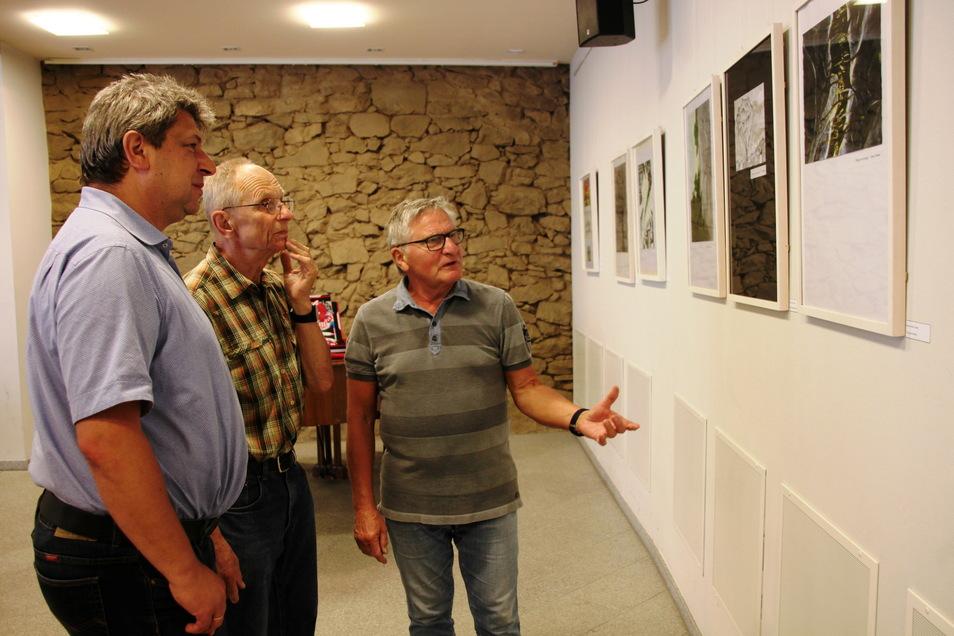 Bei der erstmaligen Vergabe des Kunstpreises 2018 hatten Oberbürgermeister Holm Große, Bernd Warnatzsch und Dr. Ernst Wirth (v.l.) lange diskutiert, ehe die damaligen drei Gewinnerinnen feststanden.