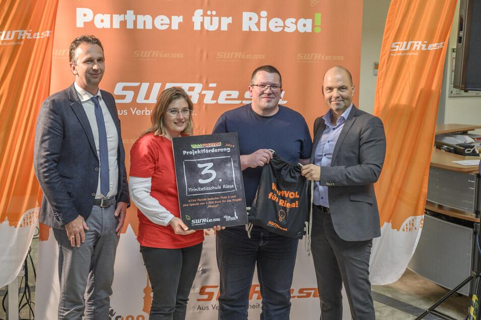 Platz 3 und 1.500 Euro gehen an den Förderverein der Trinitatis-Schule. Rechts Stadtwerke-Chef René Röthig, links Riesas OB Marco Müller (CDU).
