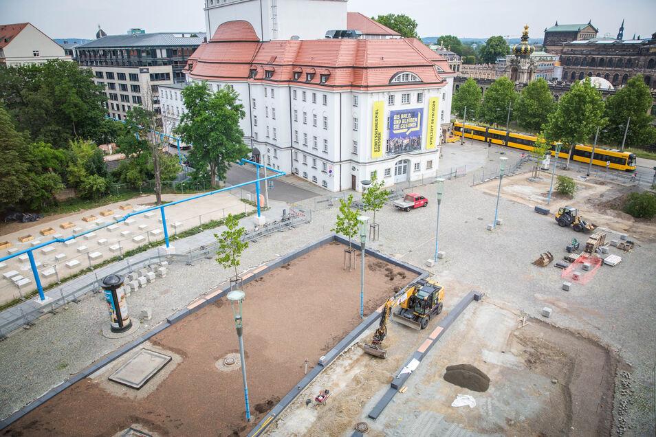 Die Fläche vor dem Schauspielhaus wird derzeit ausgebaut. Von den künftigen Pflanzbeeten sind schon die Konturen sichtbar.