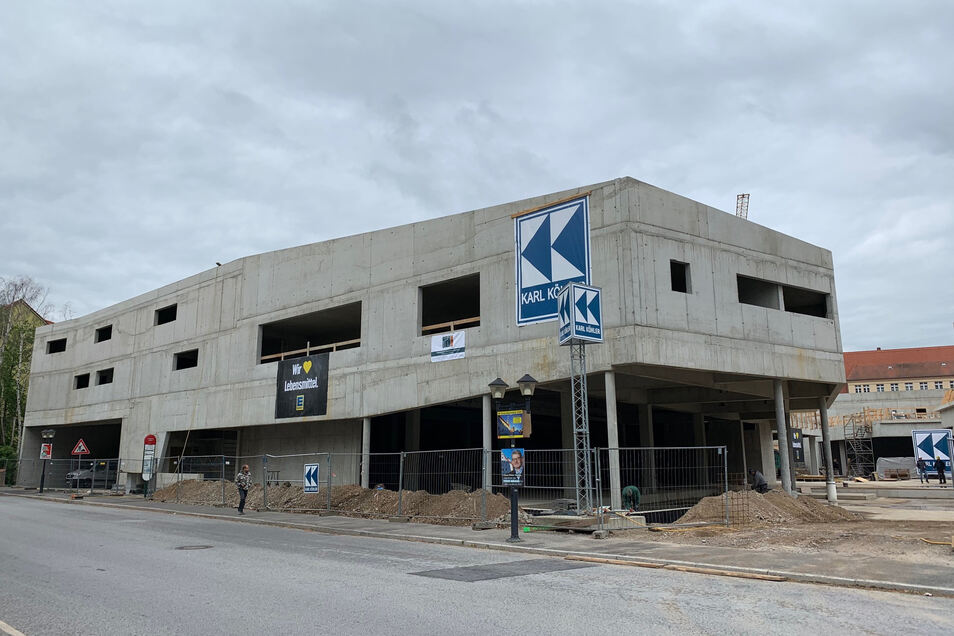 Fertiger Rohbau des Scheunenhofcenters von der Kochstraße aus gesehen: Am Montag schwebt die Richtkrone über der Baustelle.