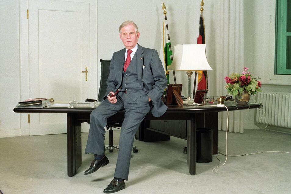Der 1991 angeschaffte Schreibtisch des kürzlich verstorbenen Kurt Biedenkopf hat bis heute allen Ministerpräsidenten gedient. Jetzt muss er weichen.