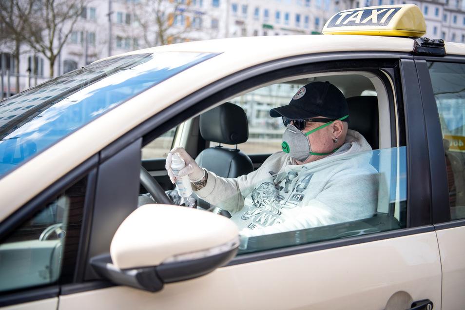 Autofahren mit Maske? Kann man machen. Hauptsache, der Fahrer bleibt identifizierbar.