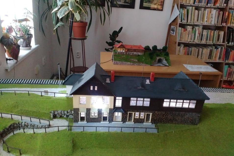 Der Bahnhof in Chotyně gibt's auch als Modell - und das zweimal..