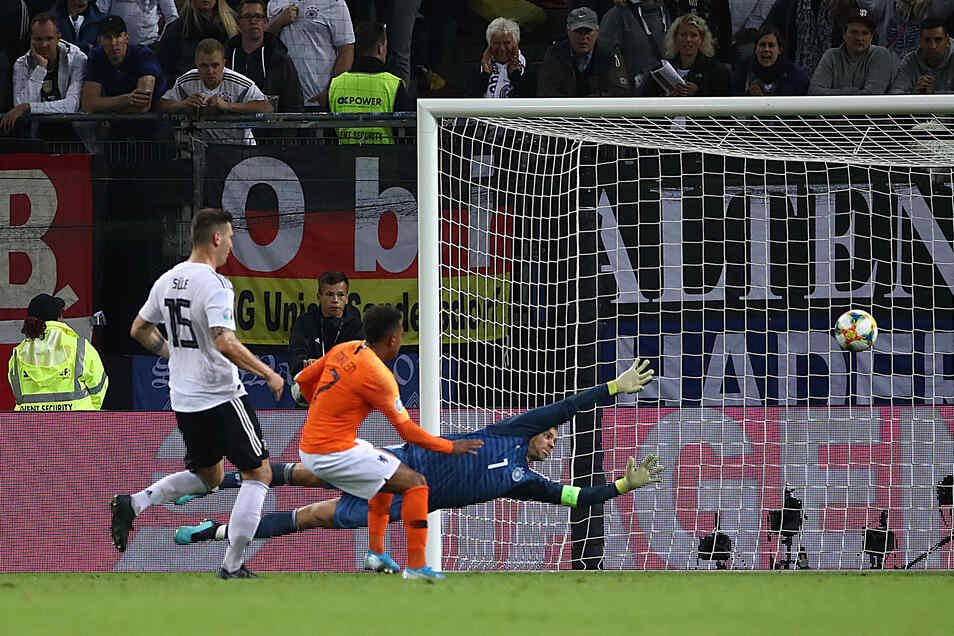 Die Vorentscheidung: Donyell Malen bezwingt Manuel Neuer und trifft zum 3:2 für die Niederlande.