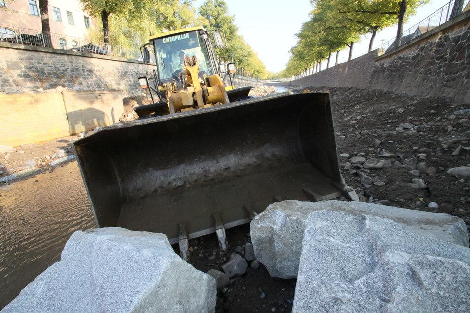 Die Weißeritz ist nach dem Hochwasser flutsicher ausgebaut worden. Jetzt muss an der Brücke Fröbelstraße gearbeitet werden.
