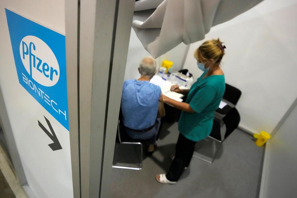 Über-70-Jährige können sich ab Freitag in Sachsens Impfzentren ihre Auffrischungsimpfung verabreichen lassen.