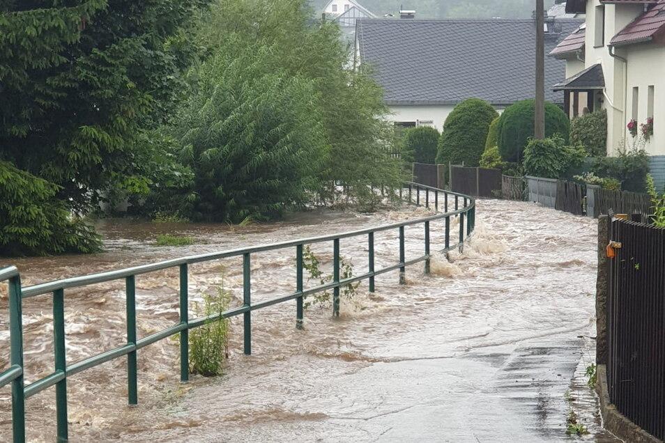 Am 17. Juli kam es in mehreren Orten im Kreis Bautzen nach starken Regenfällen zu Hochwasser und Überschwemmungen - unter anderem in Steinigtwolmsdorf, wo dieses Foto entstand.