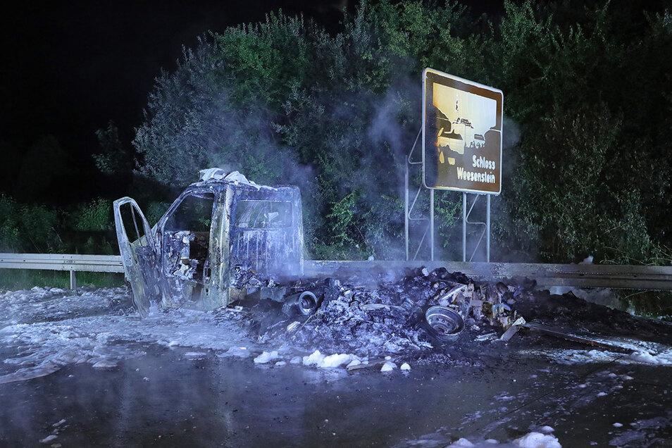 Der Transporter brannte trotz intensiver Löscharbeiten völlig aus.