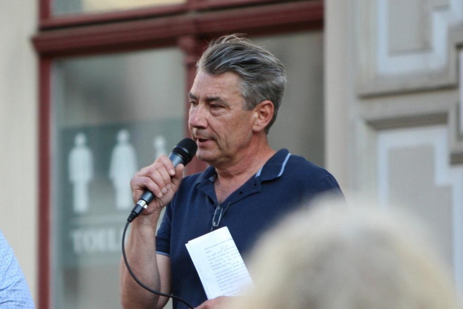Der Pirnaer Stadtrat Tim Lochner spricht bei einer angemeldeten Anti-Coronaschutz-Demo auf dem Markt. Er nahm aber auch an unangemeldeten Kundgebungen teil.