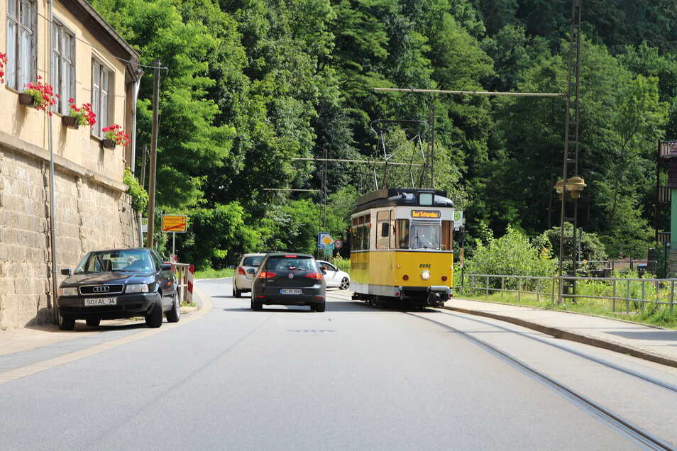 Die Kirnitzschtalbahn zuckelt das Tal entlang.