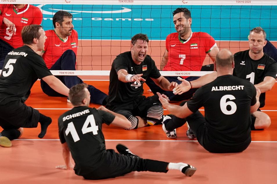 Die deutschen Spieler Stefan Hähnlein (l-r), Torben Schiewe, Heiko Wiesenthal, Dominik Albrecht und der Dresdner Alexander Schiffler jubeln im Spiel gegen den Iran über einen Punktgewinn.