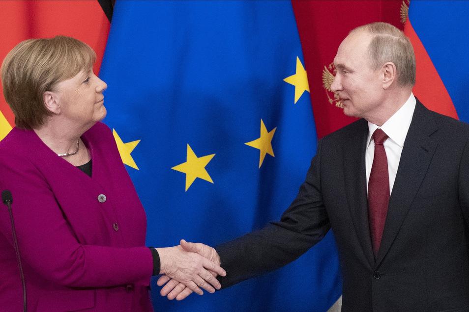 Bundeskanzlerin Angela Merkel (CDU) und Wladimir Putin, Präsident von Russland, geben sich nach einer Pressekonferenz die Hand.