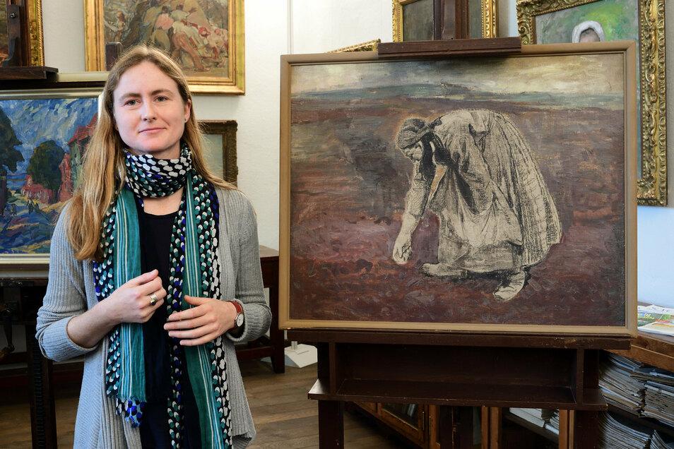 """Inga Remmers, die neue Leiterin des Robert-Sterl-Hauses in Naundorf, steht mit Sterls unvollendetem Gemälde """"Die Kartoffellegerin"""" im Atelier des Museums."""