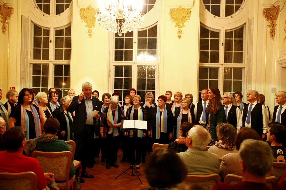 Einer der letzten Auftritte des Gemischten Chores Pulsnitz fand im Dezember 2019 im Schloss Oberlichtenau statt - in der Mitte Schlossherr Andreas von Hünefeld.