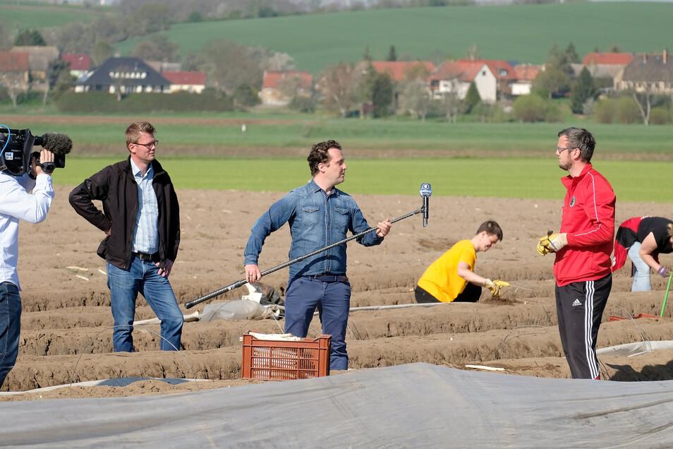 Fußballer David Pochert hilft auf den Feldern von Spargelanbauer René Heidig in Nieschütz. Fernseh-Reporter Stefan Ganz interviewt ihn am Donnerstagmorgen.