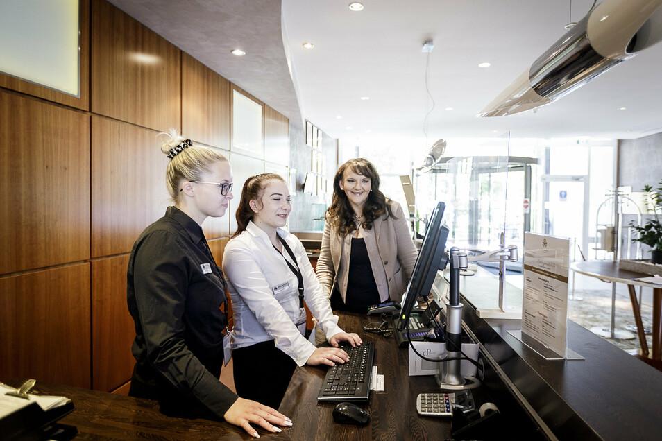 Ausbildung mit der Chefin: die Auszubildenden Lilli Luise Lange und Hannah Koch mit der neuen Chefin des Görlitzer Parkhotels, Maria Daniela Schulze (v. links).