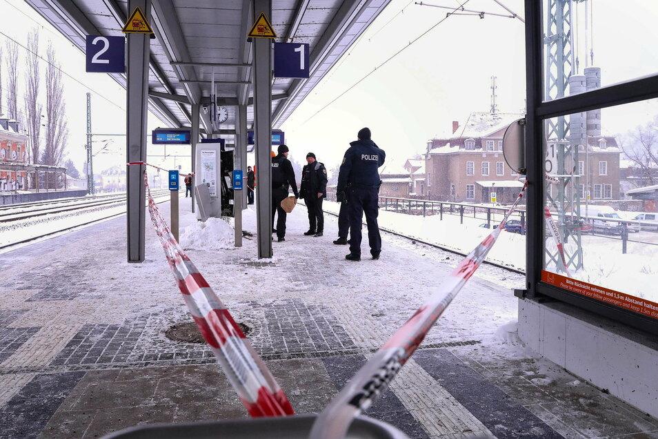 Der Bereich am Bahnsteig wurde augenscheinlich abgesperrt.