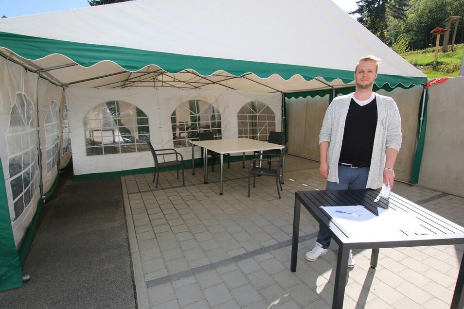 Im Hof des Seniorenheims an der Schillerhöhe wurde ein Festzelt aufgestellt. Dort können die Bewohner in getrennten Abteilen Besuch empfangen. Einrichtungsleiter Nico Schönfelder hält auch Desinfektionsmittel bereit.