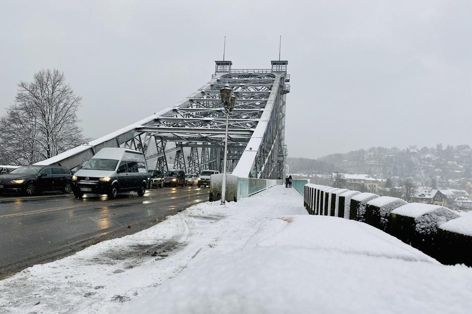 Seit dem frühen Morgen schneite es in Dresden. Der Autoverkehr rollte trotzdem weitgehend ungestört.