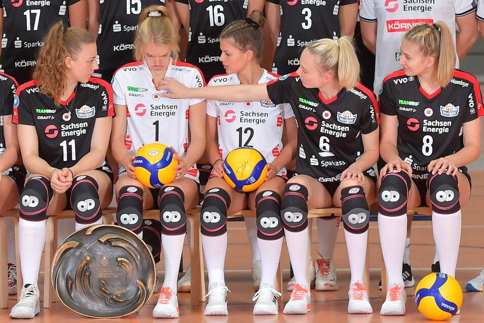 Bereit für großeAufgaben: Jennifer Janiska schaut mal, ob bei Linda Bock alles gut sitzt, links Maja Storck, Mitte Sophie Dreblow, rechts Monique Strubbe.