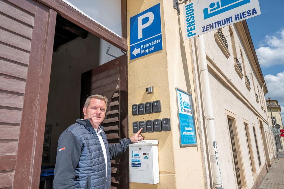 Mitten in Riesa betreibt Ronny Skuppin die Pension Zentrum. Nach einem famosen Start machen ihm nun die Corona-Regeln zu schaffen. Dabei lassen sich die Zimmerschlüssel in diesen Boxen berührungslos übergeben.