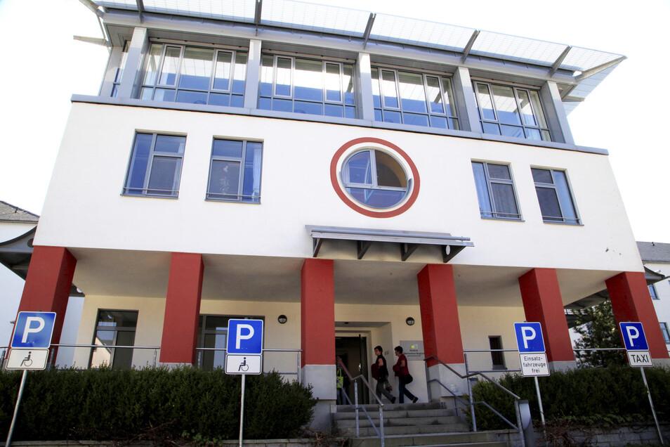 Die Kliniken in Ebersbach (im Bild) und Zittau sind wieder für Besucher offen - aber mit Einschränkungen.