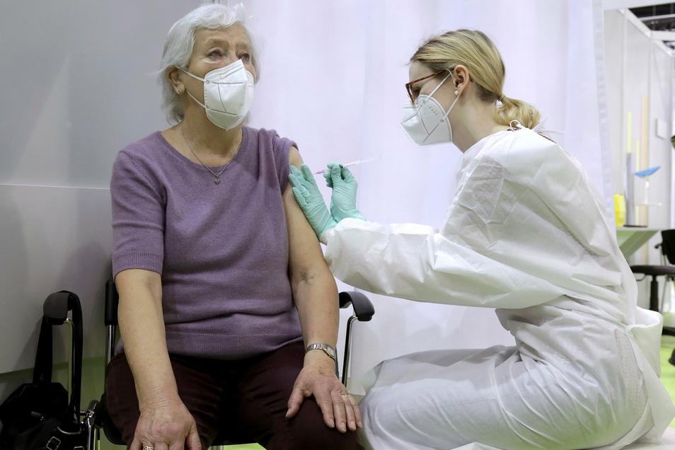 Eine Rentnerin erhält ihre Corona-Impfung. Es geht voran in Deutschland, wenn auch nur langsam. Viel schneller sind Länder wie Israel, Großbritannien und die USA. Im Landkreis Meißen gibt es wieder etwas mehr neue Corona-Fälle.