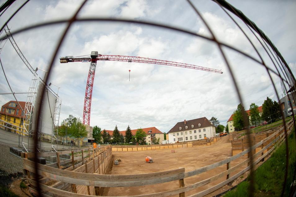 Es ging gut los, dann passierte mal nichts, dann drehte sich mal wieder ein Bagger: Nun wechselt die Baufirma in Heidenaus Neuer Mitte.