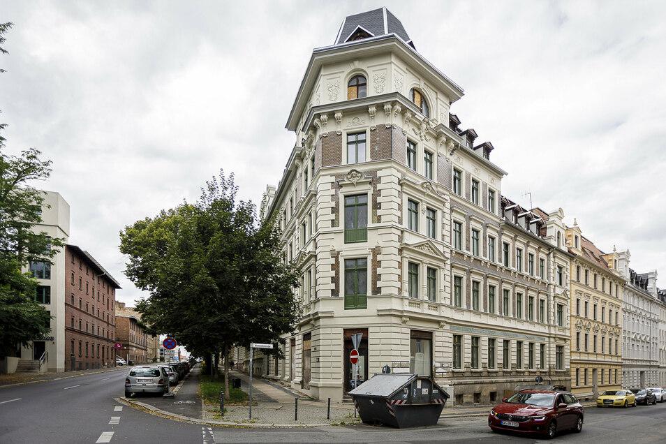 Die Fassade des Eckhauses Bahnhof-/Konsulstraße strahlt wieder. Dachgeschoss und Parterre werden allerdings erst nächstes Jahr saniert.
