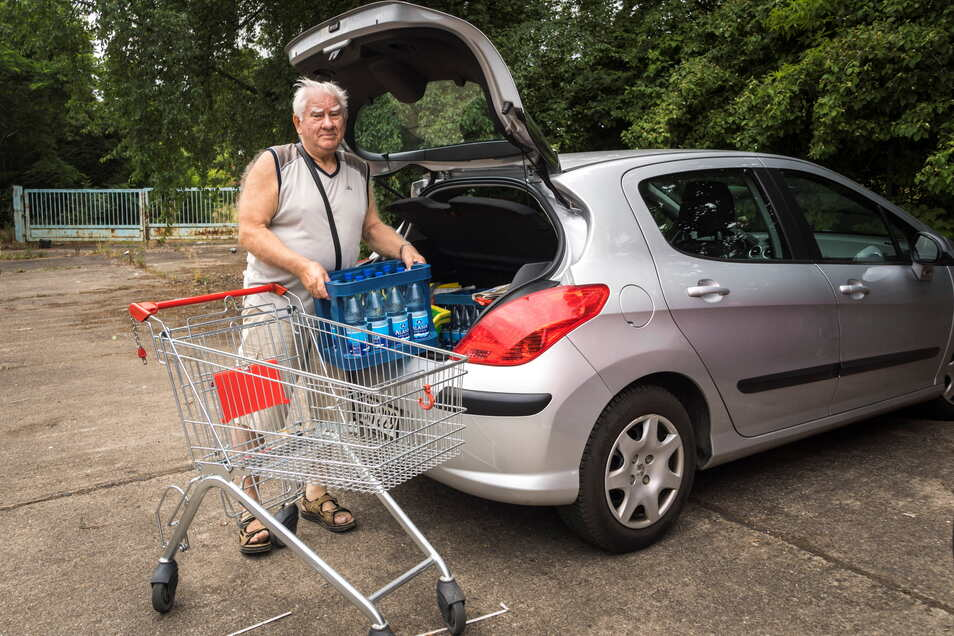 Gerhard Hamann hat am Dienstag im Gröbaer Rewe Wasser gekauft. Weil der Parkplatz neben dem Markt nicht genutzt werden kann, ist der ortskundige Canitzer auf ein benachbartes Grundstück ausgewichen – mit dem Einkaufswagen quer über die Straße.