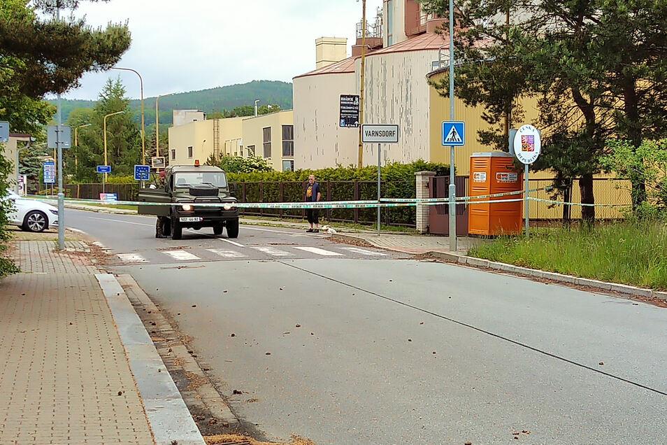 Fünf Minuten vor um zwölf hat ein tschechischer Grenzbeamter das Flatterband am Grenzübergang von Varnsdorf nach Großschönau entfernt. Wenig später bildete sich auf deutscher Seite schon eine kleine Schlange.