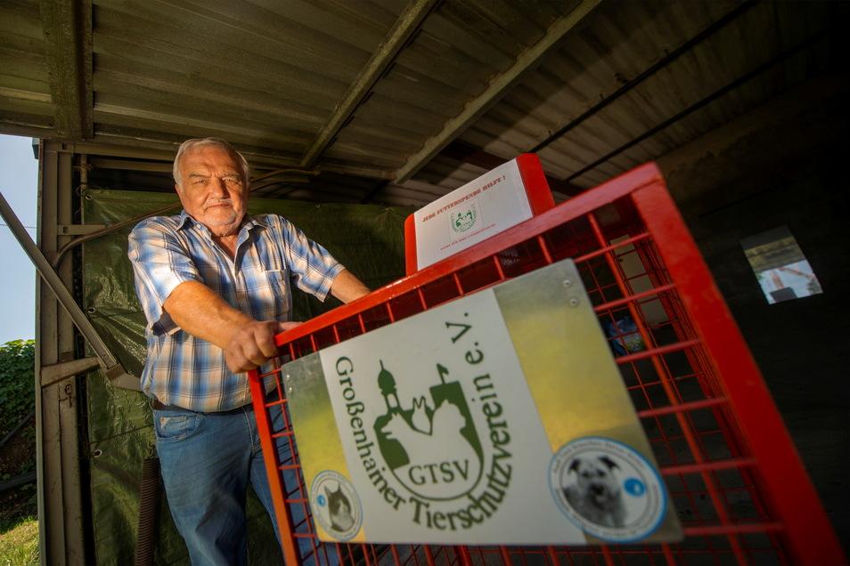Armin Krake, Chef des Großenhainer Tierschutzvereins, hat die Box aus dem Supermarkt in seiner Garage aufbewahrt. Nachdem sich die SZ an Netto wandte, darf er sie wieder aufstellen.