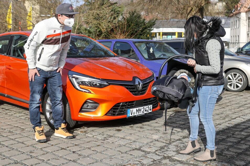Matthias Müller kann nur mit Abstand auf einem Parkplatz an der Grenze zu Tschechien seinen nur wenige Wochen alten Sohn und seine Freundin Gabriela sehen.