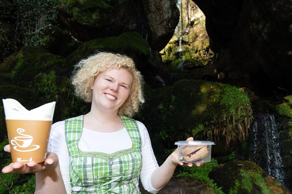 Wirtin Elisabeth König kann am Lichtenhainer Wasserfall wieder Gäste begrüßen.
