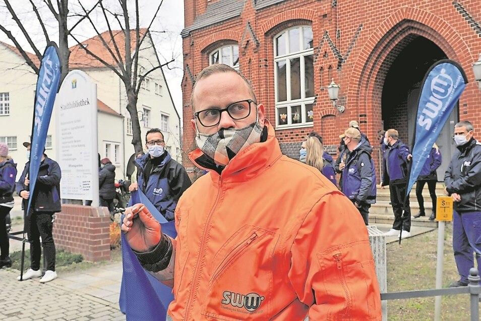 """Angesichts der Tragweite der Entscheidung haben die SWW-Mitarbeiter Angst um ihre Arbeitsplätze. Vor Beginn der Sitzung des Stadtrats wollten sie vor der Bibliothek """"Flagge zeigen""""."""