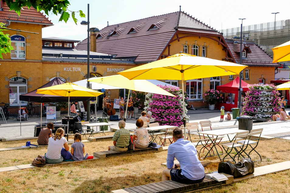 Der Kultur-Bahnhof diente als Kulisse, davor spielte die Musik und das Publikum nahm auf den Terrassenstufen Platz.