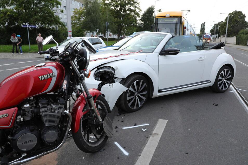 Der Autofahrer blieb bei diesem Unfall unverletzt, der Motorradfahrer musste vom Rettungsdienst behandelt werden.