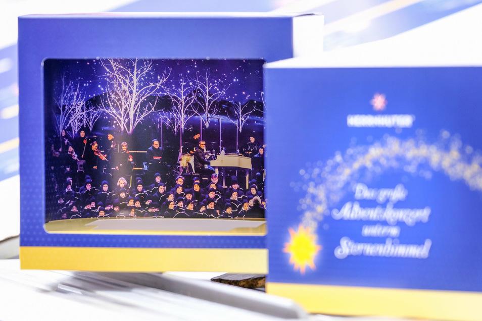 In dieser Verpackung kommen Stern und CD einher. Sie imitiert das Dresdner Stadion mit Sternenglanz und glänzenden Stimmen.