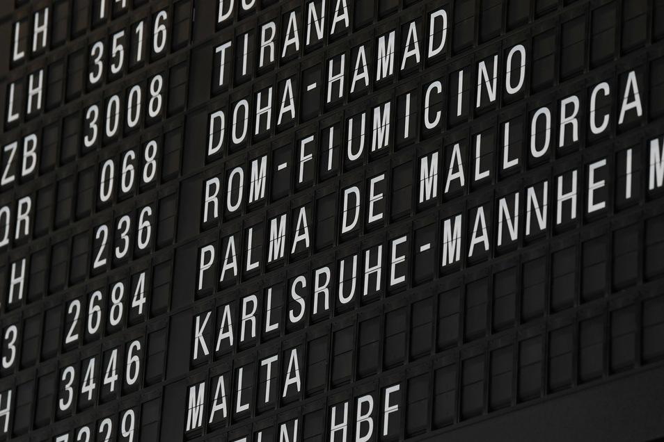 Die Abflugtafeln auf den Flughäfen füllen sich wieder. Trotzdem wollen nicht alle reisen.