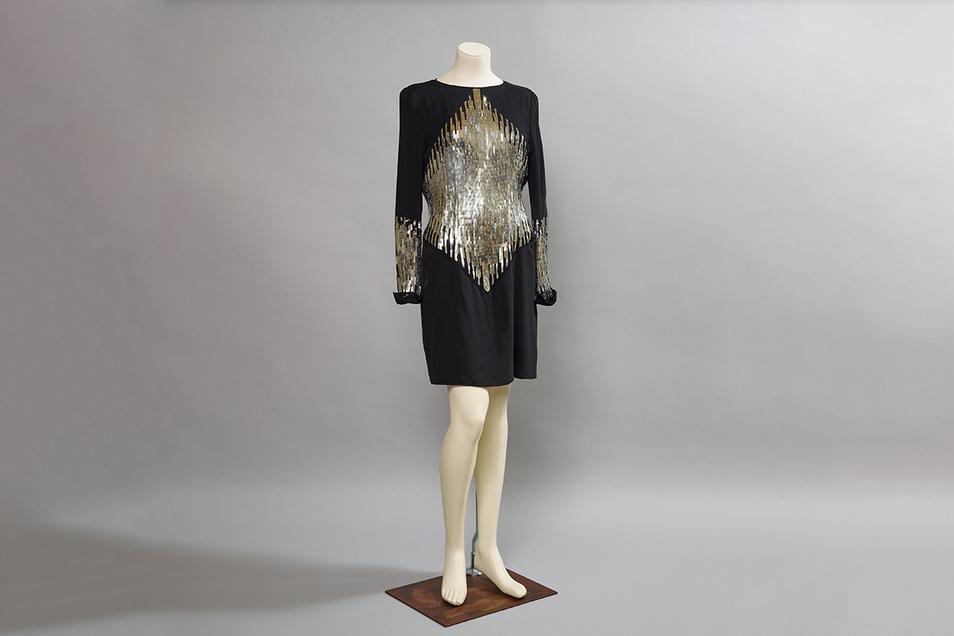 Ein Cocktailkleid von Karl Lagerfeld kann ebenfalls bewundert werden.